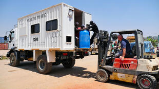 De retour de 2 semaines en brousse, sur la côte Est, la « Miellerie mobile » doit être déchargée de ses fûts, remplis de miel de litchi et de miel de Mokarano. 150 apiculteurs ont été mobilisés lors de cette récolte.