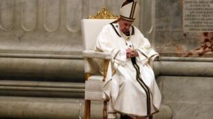 Le pape François a dirigé, ce samedi 11 avril 2020, la messe de la veillée pascale dans la basilique Saint-Pierre sans aucune participation du public en raison de l'épidémie de coronavirus.