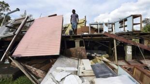 Un habitant de Port-Vila devant sa maison détruite par le cyclone Pam, 16 Mars 2015.