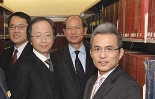 在律政司服务了25年的梁卓然(右一)在2015年与时任刑事检控专员杨家雄(左二)等人合摄。