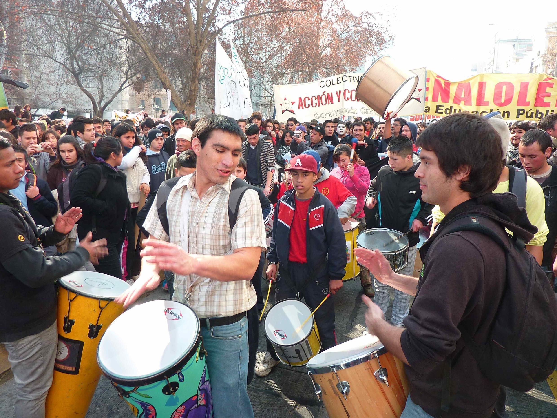 Des manifestations festives, en musique, pacifiques, c'est comme ça que le mouvement a rallié 80 % de la population.
