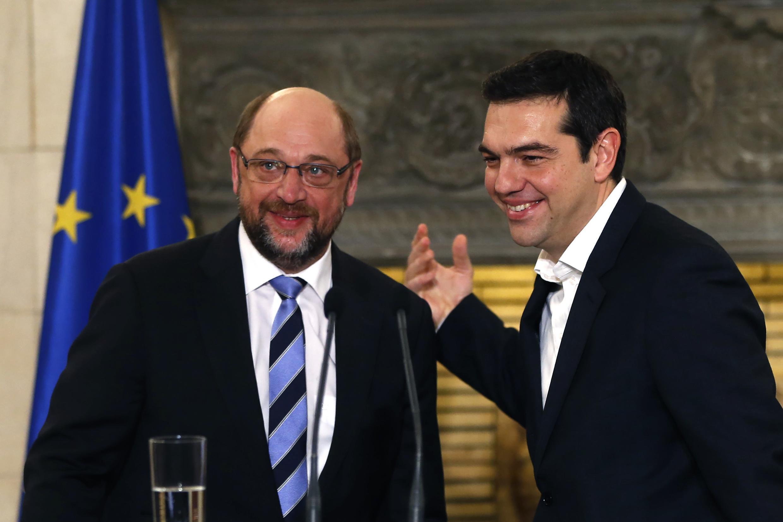 Thủ tướng Hy Lạp Alexis Tsipras (P) tiễn Chủ tịch Nghị viện Châu Âu Martin Schulz, sau cuộc hội đàm, Athenes, 29/01/2015