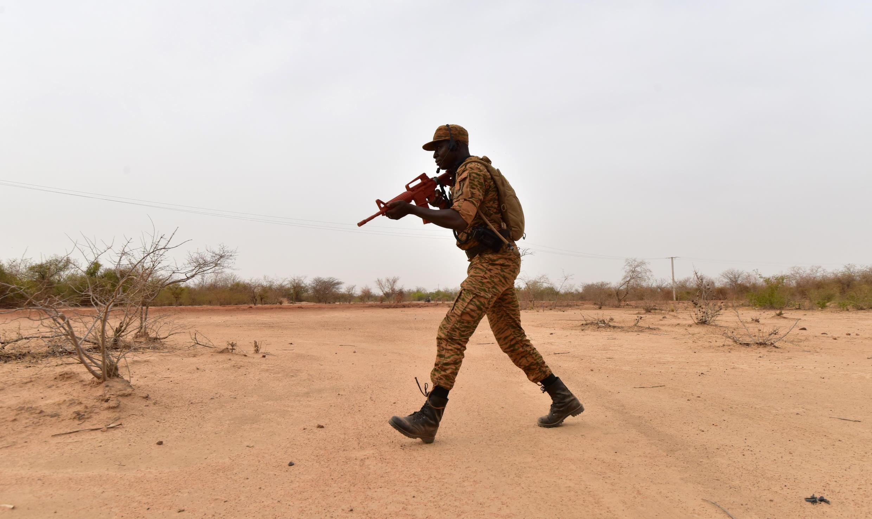Un soldat burkinabè aux abords de Ouagadougou le 13 avril 2018.
