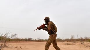 Un soldat burkinabè aux abords de Ouagadougou, le 13 avril 2018.