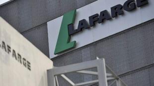 Si les autres multinationales ont quitté le pays en 2012, Lafarge n'a évacué que ses employés de nationalité étrangère, maintenant l'activité de ses salariés syriens jusqu'en septembre 2014.