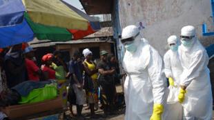 Madaktari na wataalamu wa shirika la msalaba mwekundu wakiwa katika harakati za kuuzika mwili wa mgonjwa aliyekufa kutokana na ebola, nchini Liberia.