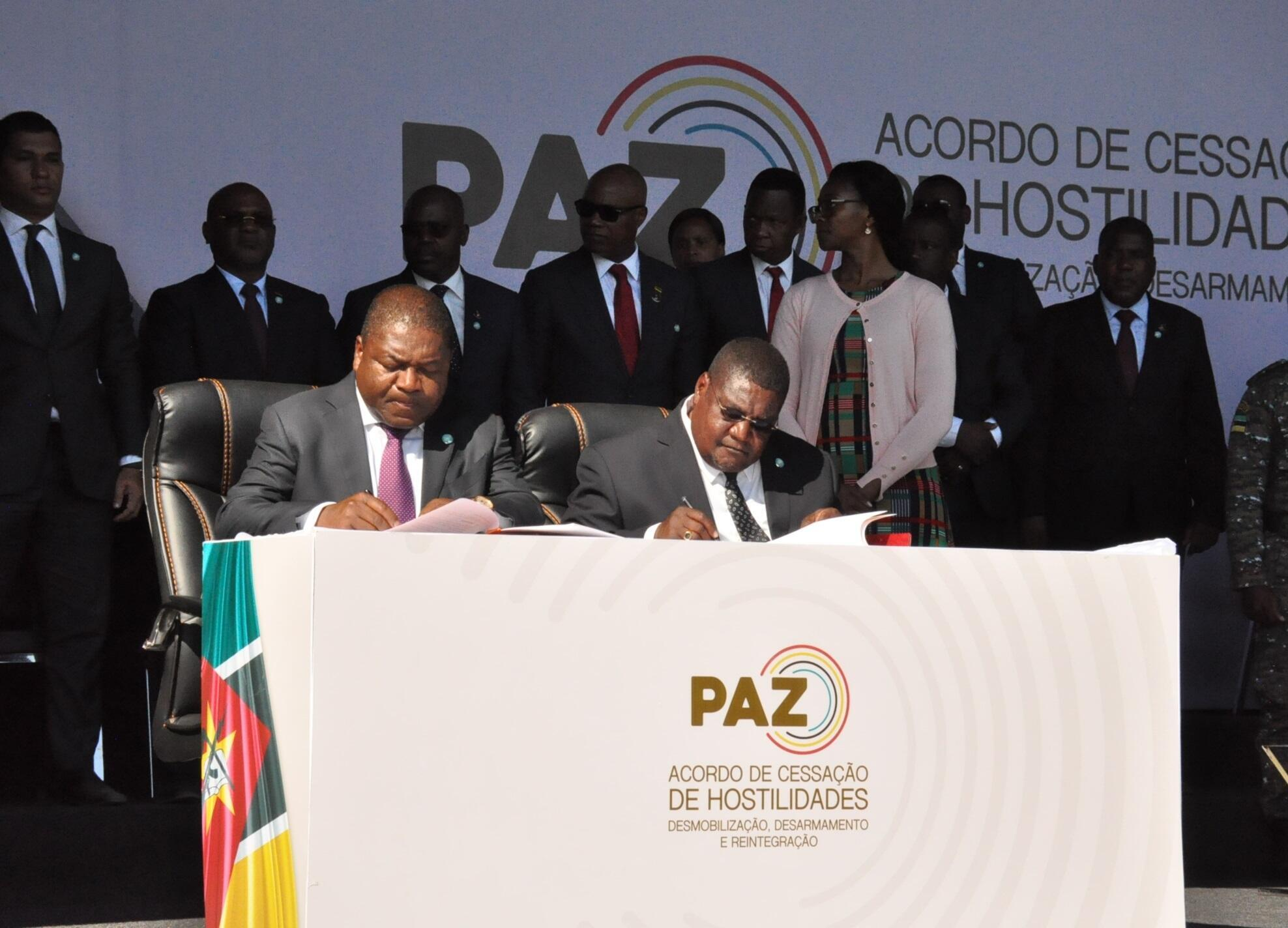 Mozambique president Filipe Nyusi (left) and Renamo leader Ossufo Momade sign landmark peace accord, Gorongoza National Park, 1st August 2019