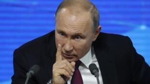 """Vladimir Putin, denunció el jueves en su conferencia de prensa anual las presiones occidentales contra la """"emergencia"""" y el """"desarrollo"""" de Rusia."""