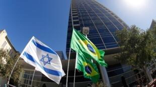 As bandeiras de Israel e do Brasil na frente da embaixada em Tel-Aviv