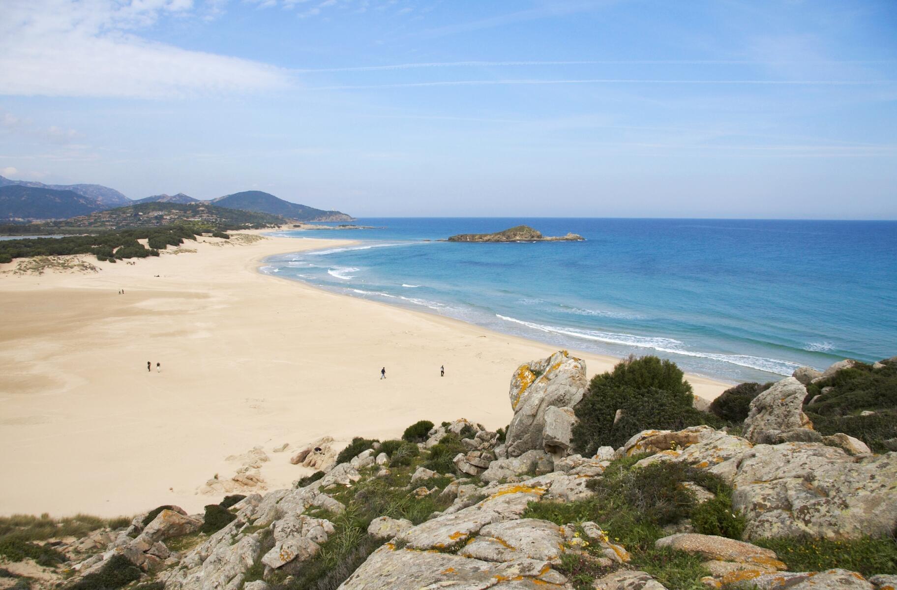 O comércio ilegal de areia, pedras e conchas cresceu nos últimos anos, segundo o jornal italiano.
