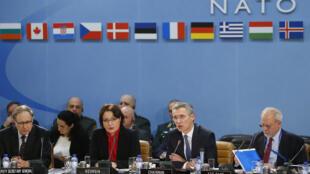 Tổng thư ký Jens Stoltenberg, (thứ hai, bên phải) trong phiên họp tại trụ sở NATO ở Bruxelles, ngày 11/02/2016