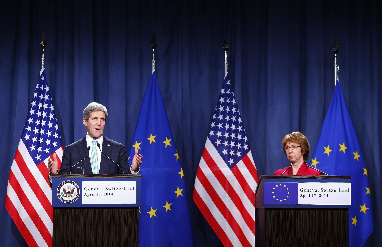 Waziri wa mambo ya nje wa Marekani, John Kerry (kushoto) pamoja na mkuu wa sera za nje wa Umoja wa Ulaya, Catherine Ashton (kulia), wakizungumzia kuhusu inavyoendelea nchini Ukraine. Ukraine, à Genève, le 17 avril 2014.