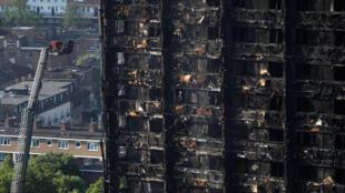 Doze pessoas morreram no incêndio que destruiu um prédio de moradias sociais em Londres