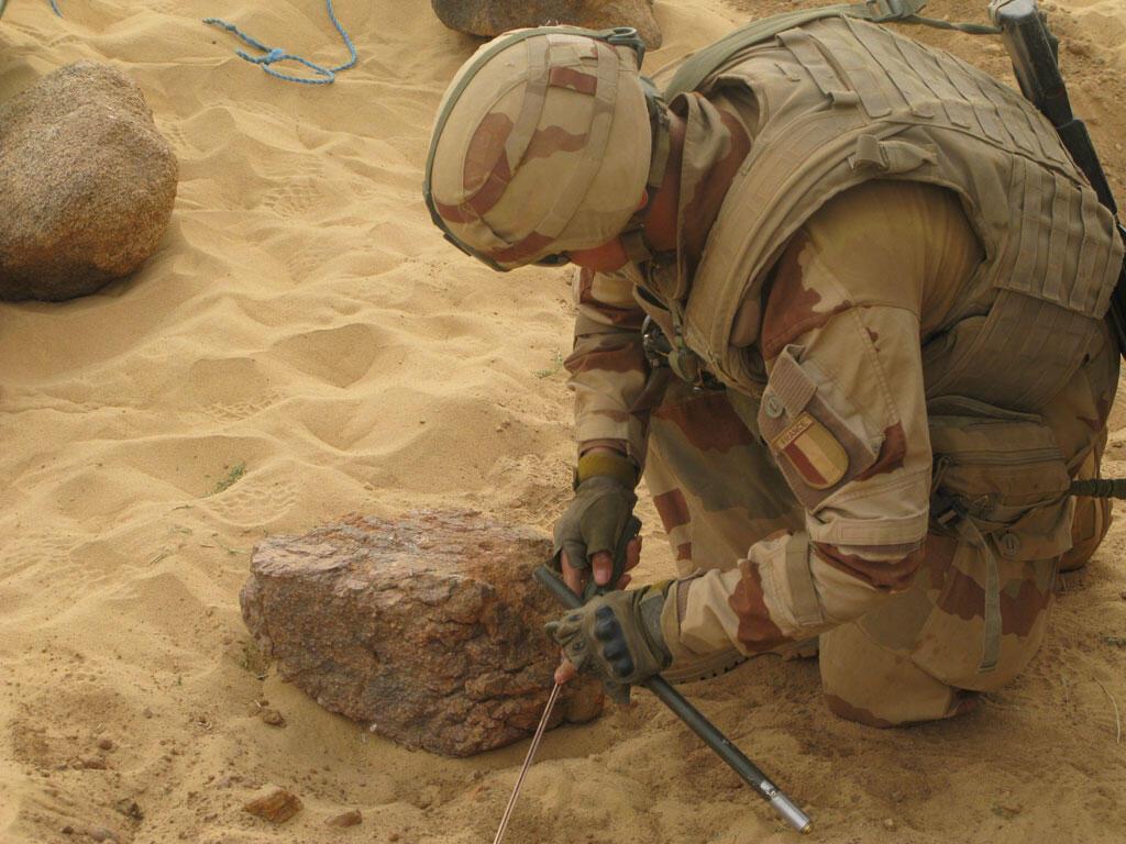 Des soldats de Barkhane fouillent la zone, en pleine opération dans le désert (photo d'illustration)..