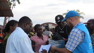 Des employés du HCR au centre d'accueil de Mussungue, dans le nord-ouest de l'Angola, distribuent des denrées alimentaires à des réfugiés congolais qui ont fui une éruption de la violence dans la région du Kasaï.