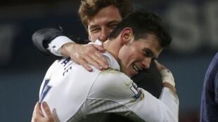 Kocin Tottenham Andre Villas-Boas  ya rungume Dan wasan shi Gareth Bale