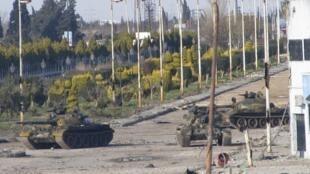 Tanques do exército sírio na cidade de Homs, nesta segunda-feira.