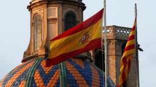 Les drapeaux espagnol et catalan flottent au-dessus du Parlement de Catalogne, à Barcelone, le 27 octobre 2017.