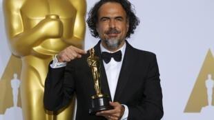 Alejandro González Iñárritu con el segundo Oscar de su carrera.