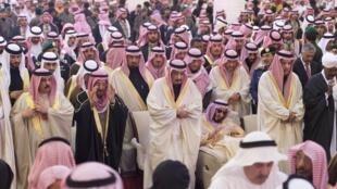 Novo rei Salman (centro) participa de cerimônia fúnebre antes do enterro de rei Abdullah.