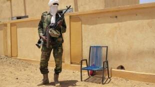 Un combattant du groupe séparatiste MNLA monte la garde devant l'assemblée régionale de Kidal, le 23 juin 2013.