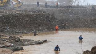Спасательная операция на месте разрушения дамбы