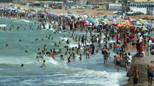La plage de Tipaza à l'ouest d'Alger durant la période estivale.