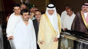 Gwamnan birnin Makkah Yarima   Khaled al-Faisal  a lokacin da yake tarbar Shugaban kasar Iran Mahmoud Ahmadinejad wanda ke sanye da harami a filin saukar jirgin a Jedda.