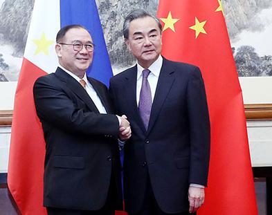菲律賓外長洛欽與中國外長王毅資料圖片