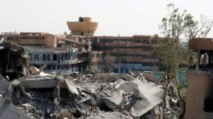 El hospital nacional, uno de los últimos refugios de los combatientes del EI, captado por las posiciones de las Fuerzas Democráticas Sirias en la línea de frente.