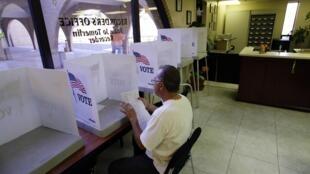 Bill Mata con su material electoral durante la votación anticipada en el condado de Gila, Arizona, el 26 de octubre de 2012.