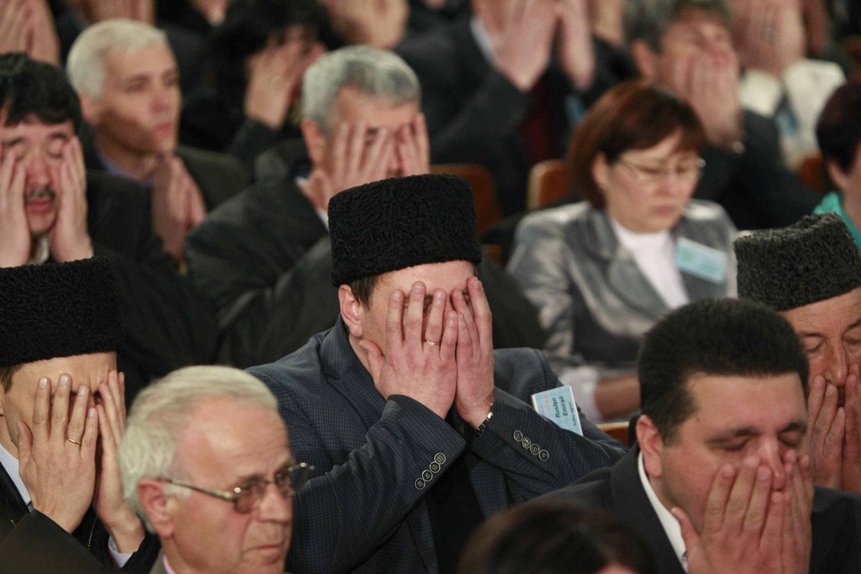 Ici, le Mejlis (assemblée), a débuté par une prière collective, à Bakhchisaray, en Crimée. Cette décision d'interdire le Mejlis paralyse toute tentative du peuple autochtone des Tatars de Crimée d'avoir une représentation constructive en Russie.