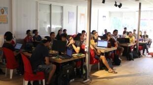 Les élèves dans une sale de cours de l'établissement GoMyCode à Tunis.