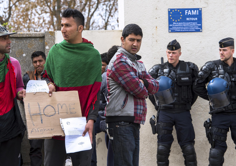 Les migrants venus du monde entier passent souvent par la ville de Calais, dans le nord de la France, pour atteindre le Royaume-Uni. Ici, des migrants près du centre d'accueil Jules Ferry, le 4 mai 2015.