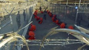 Suspeitos considerados mais perigosos são mantidos na prisão de Guantanamo, em Cuba.