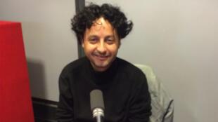 Hicham Houdaïfa en studio à RFI.