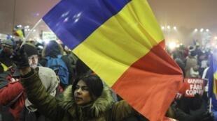 Des manifestants protestent contre le gouvernement roumain à Bucarest, le 6 février 2017.