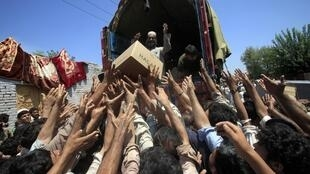 Flood victims collect relief supplies from the Army in Nowshera, Khyber-Paktunkhwa Province