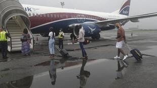 Des passagers embarquent dans un avion reliant Lagos à Abuja au Nigeria le 9 juillet 2020.