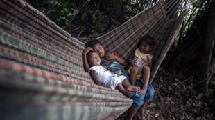 Índios Munduruku em suas terras que ficam a cerca de 40 minutos a pé do rio Tapajós em Itaituba, no Pará. 28 de outubro de 2014.