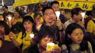 香港佔中運動兩名領導人被判入獄8至16個月。2019年4月24日當晚,社運團體在羈押所外舉行燭光舞會聲援。