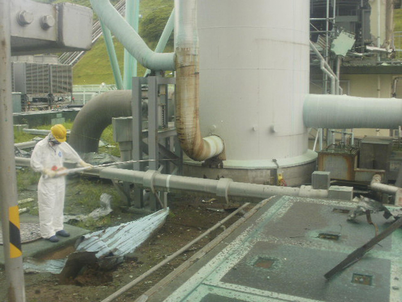 Funcionário mede nível de radioatividade na central de Fukushima (Tepco).