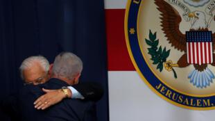 Le Premier ministre israélien Benyamin Netanyahu (de dos) embrasse l'ambassadeur américain en Israël David Friedman, lors de la cérémonie d'inauguration de l'ambassade à Jérusalem, 14 mai 2018.