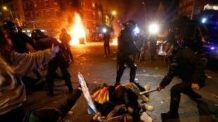 La police catalane aux prises avec les manifestants du mouvement Tsunami aux abords du Camp Nou, durant le clasico Barcelone-Real Madrid, le 18 décembre 2019
