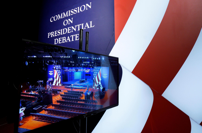 Local do debate entre os candidatos à vice-presidência dos Estados Unidos é mostrado em um monitor de televisão na Universidade de Longwood em Farmville, Virginia 03/10/ 2016.