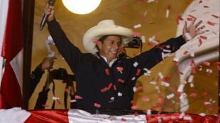 El candidato presidencial izquierdista peruano Pedro Castillo, saluda a sus simpatizantes desde el balcón de la sede de su partido en Lima el 8 de junio de 2021
