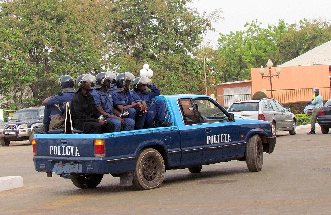 Polícia guineense patrulha ruas de Bissau. 14/04/2012