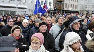 Suite à l'annonce par Reykjavik du retrait de la candidature du pays pour son adhésion à l'UE, les Islandais ont manifesté leur soutien à l'Union, le 15 mars 2015.