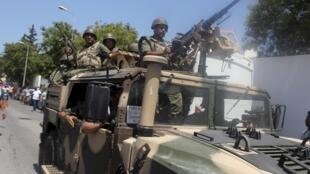 L'état d'urgence renforce les pouvoirs de l'armée et des forces de sécurité. Photo : L'armée tunisienne arrive sur la plage de Sousse après l'attaque, le 26 juin 2015.