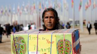 Một thổ dân Mỹ Latinh biểu tình kêu gọi cộng đồng quốc tế bảo vệ hệ sinh thái đang bị tàn phá. Ảnh chụp bên ngoài khu hội nghị COP22, Marrakech, Maroc.
